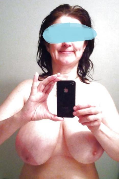Maman cochonne et perverse aux gros seins et dans sa